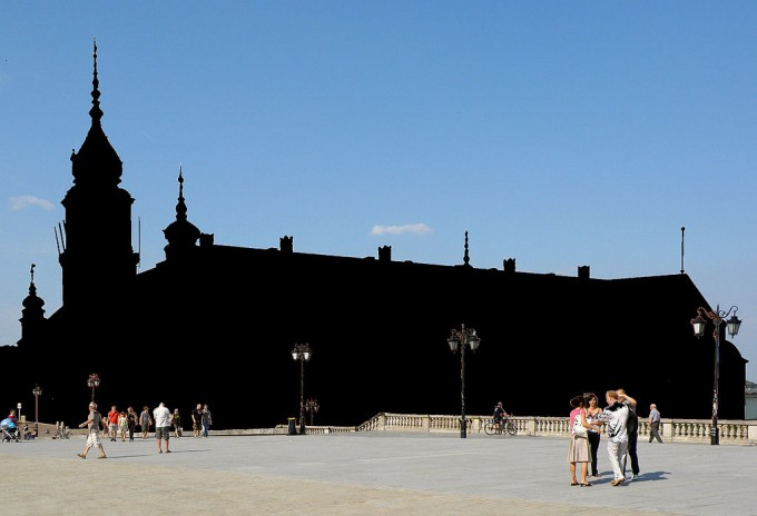 Tak bywyglądał Plac Zamkowy, gdybywPolsce niebył dopuszczony dozwolony użytek wolności panoramy, CC BYSA, https://commons.wikimedia.org/wiki/Commons:Freedom_of_Panorama_2015/pl#/media/File:Warsaw_Royal_Castle_2008_no_FoP_censored.JPG
