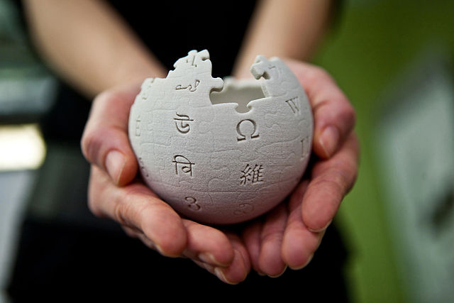Wikimedia Foundation, CC-BY-SA 3.0, https://pl.wikipedia.org/wiki/Plik:Wikipedia_mini_globe_handheld.jpg