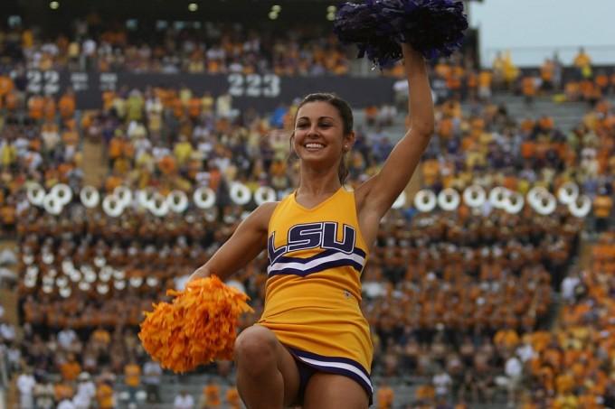 JustDog, https://commons.wikimedia.org/wiki/File:Louisiana_State_University_cheerleader.jpg, CC-BY-SA