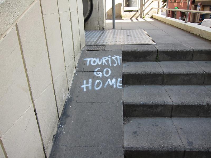 Barcelona, napis Tourist Go Home