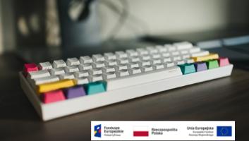 klawiatura do komputera i logotypy unijne